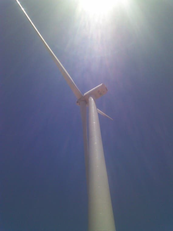 Shot of the GE Brilliant 1.6-100 turbine from ground level. Credit: A. Burger/CleanTechnica