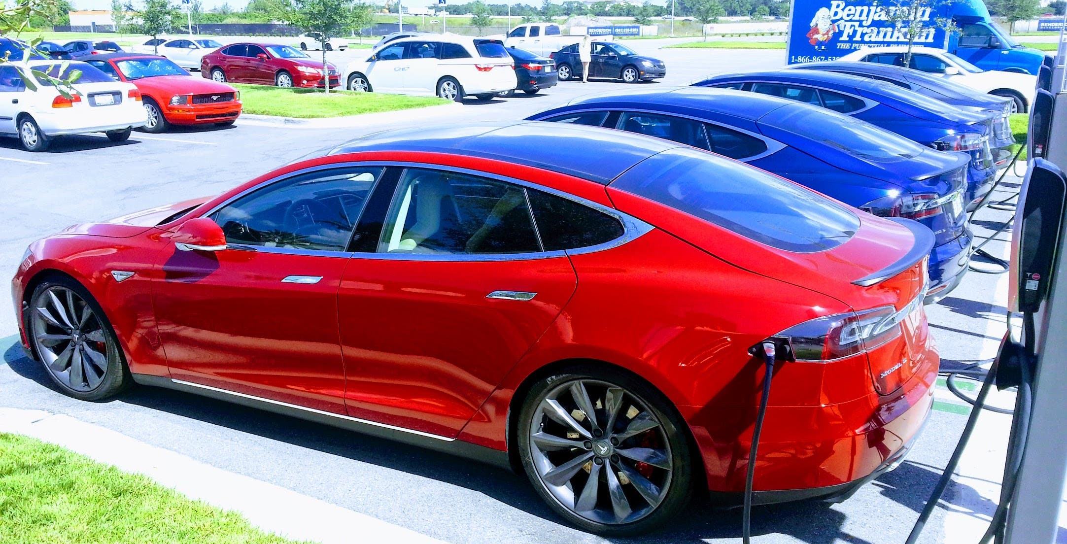 tesla ceo elon musk plans fix for people who don 39 t move car after supercharging cleantechnica. Black Bedroom Furniture Sets. Home Design Ideas